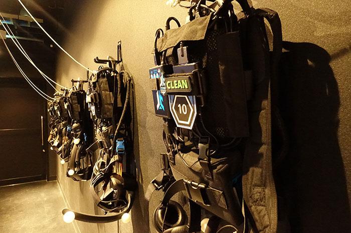 VR HMD、ヘッドセット、バックパックのセット。総重量約6kg。