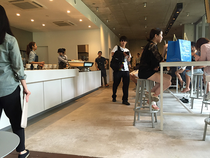 青山店のクソオシャレな店内。コンクリートの無機質な感じが良い。
