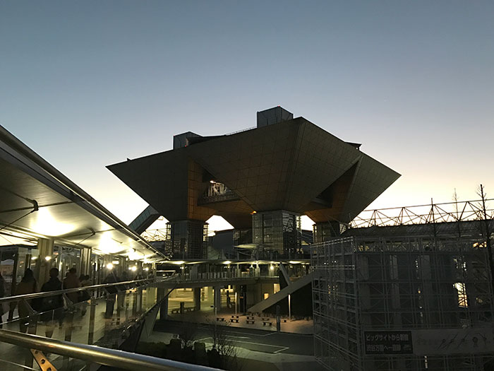 日の出前の東京ビッグサイト。氷点下でした…