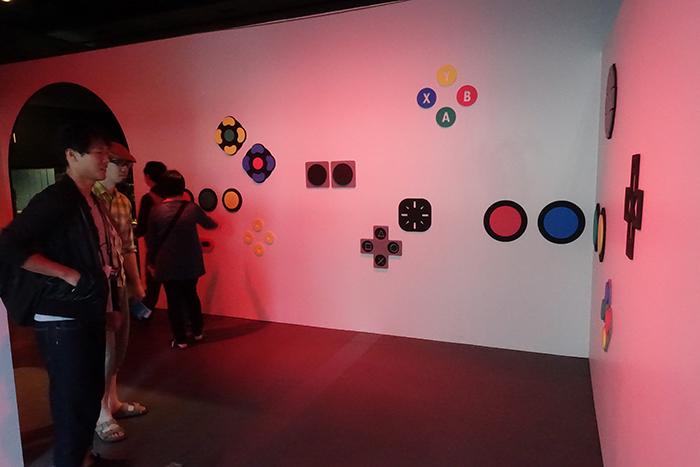 エントランス直後の壁には、歴代ゲーム機のボタンをモチーフにした装飾が。