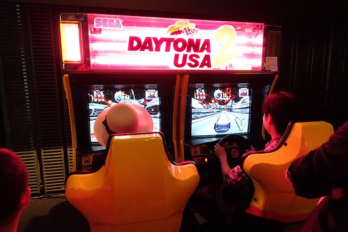 『デイトナUSA』は、セガよりリリースされたレースゲームのシリーズ