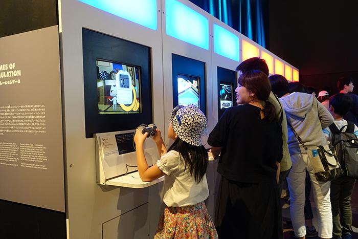 小さな女の子も見上げるようにゲームをプレイ。