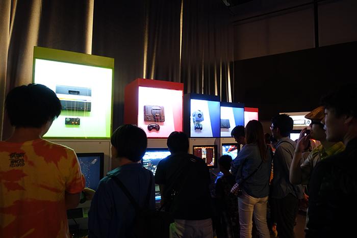 歴代据え置きゲームハードも美しく展示されていた。