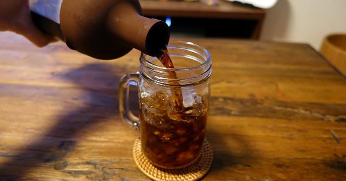 ワインボトルのような形状なので、どんなタイプのカップにも注ぎやすいことでしょう。