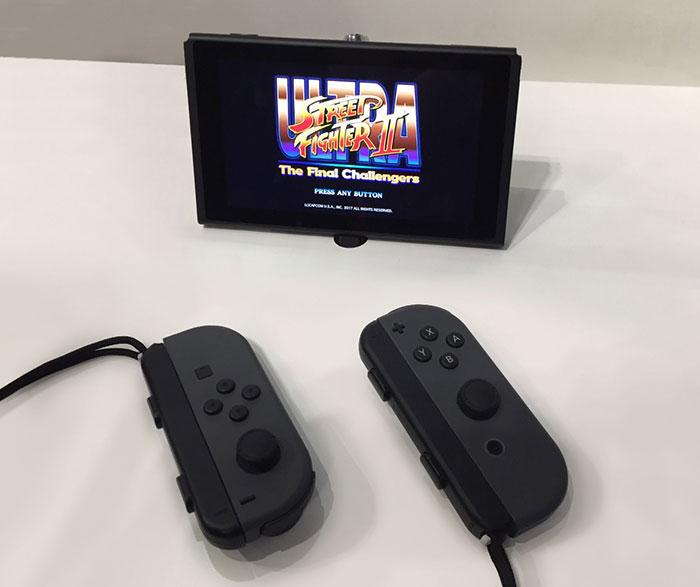 Switch本体からJoy-Conを分離し、コントーラーを持って遊ぶ「テーブルモード」画像はJoy-Conを一人ひとつ操作して遊ぶスト2